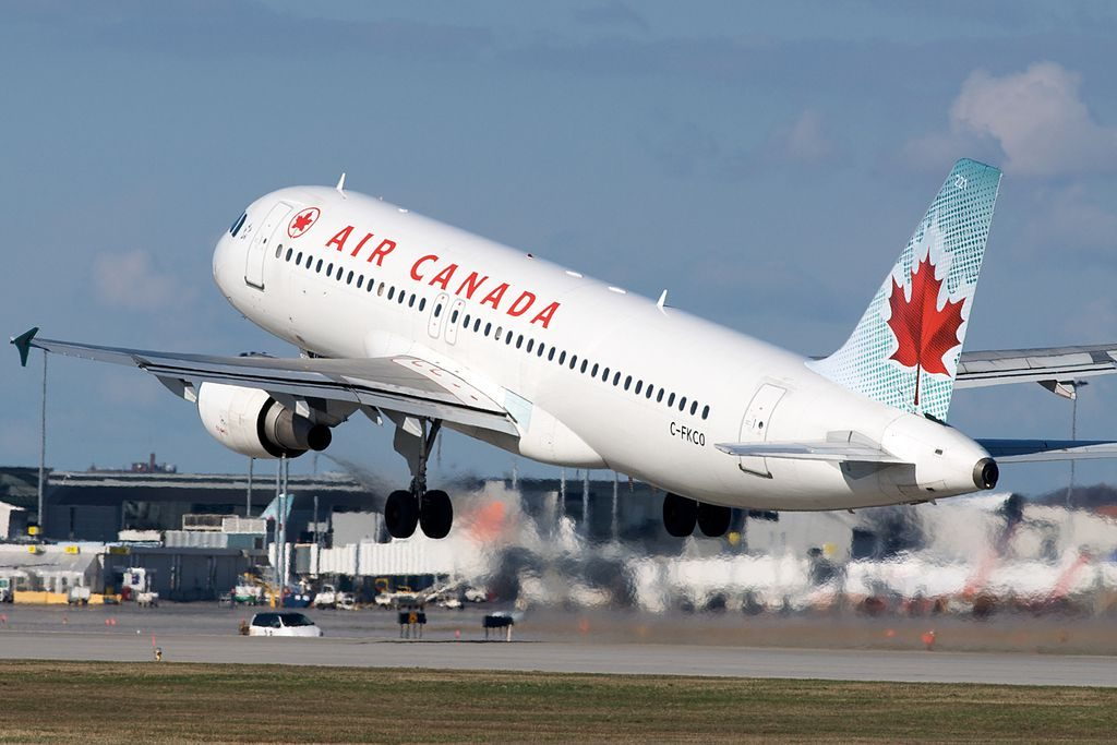 Air Canada Airbus A320 200 C FKCO departing Montréal Pierre Elliott Trudeau International Airport