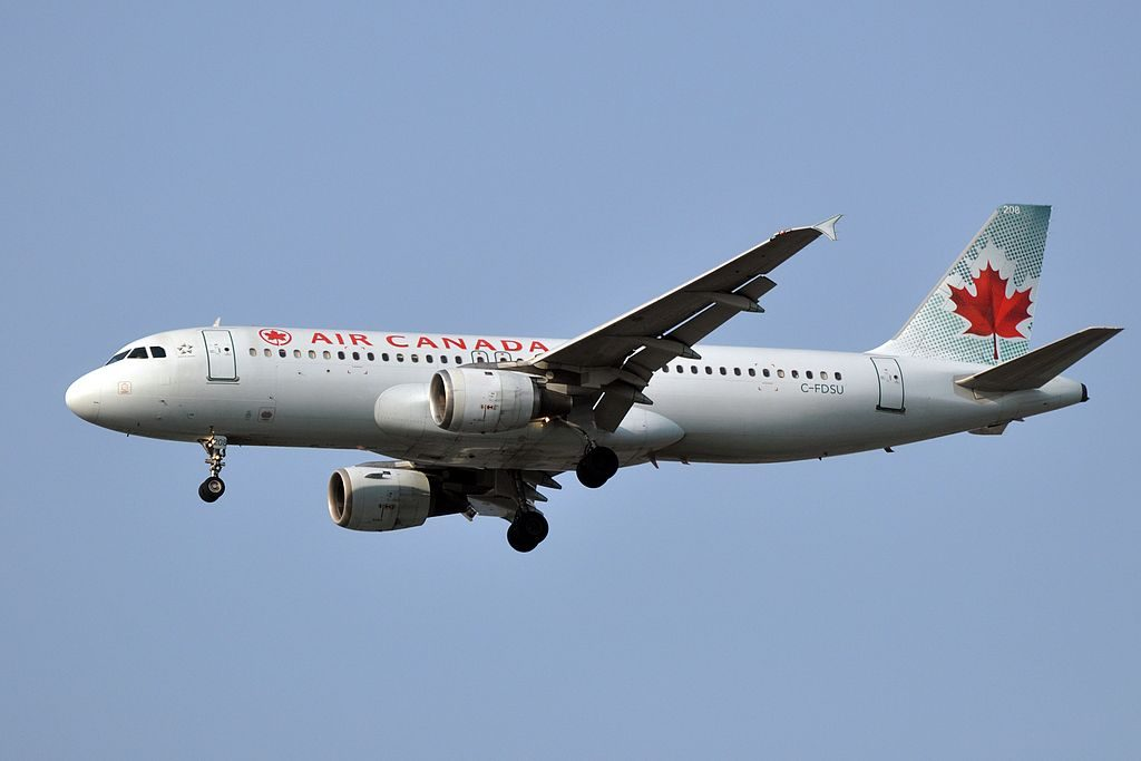 Air Canada C FDSU Airbus A320 200 on final approach at Vancouver International Airport
