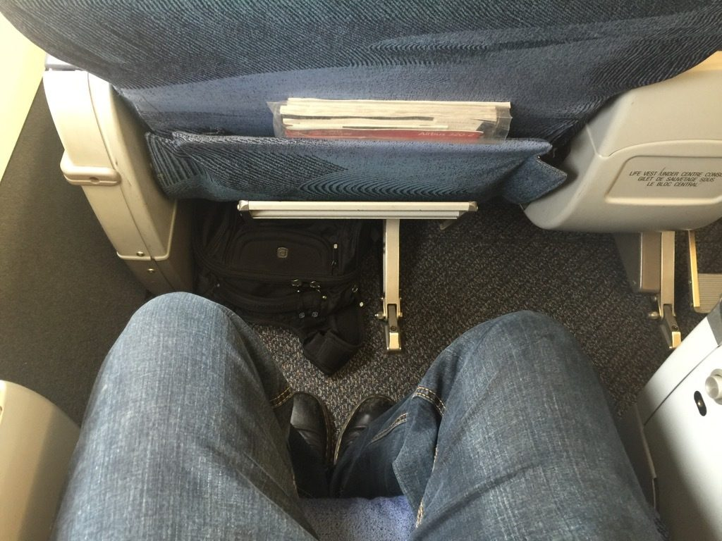 Airbus A320 200 Air Canada aircraft business class cabin standard narrowbody seats pitch legroom photos