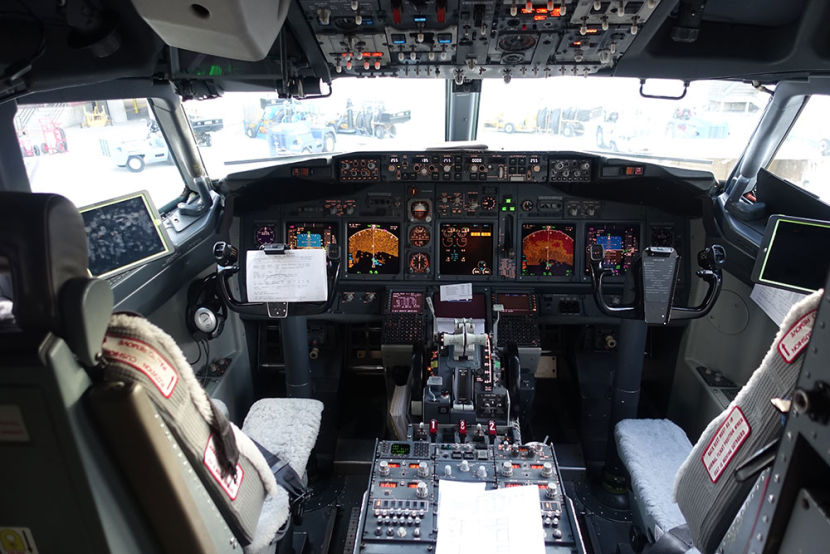 Boeing 737 800 Southwest Airlines cockpit pilot interior photos