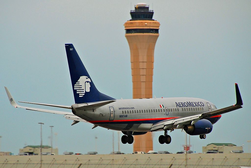 AeroMexico Boeing 737 700 N997AM landing at Miami International Airport MIA