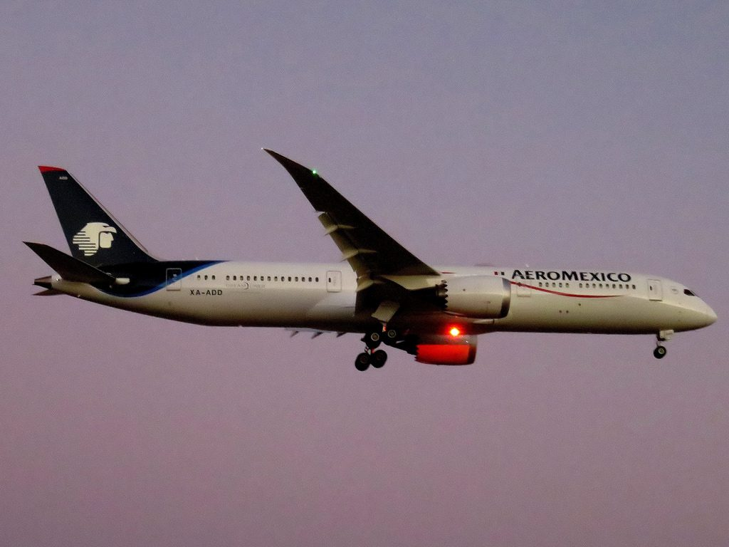 AeroMexico Boeing 787 9 Dreamliner XA ADD on final approach before landing at Santiago Chile