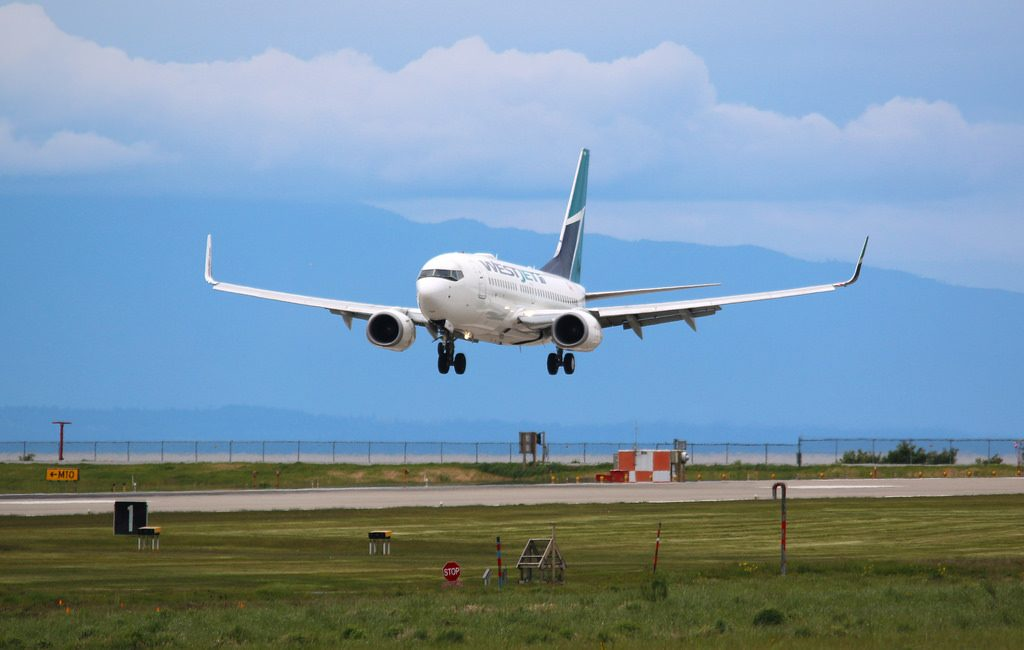 WestJet Boeing 737 7CT C FBWJ landing at Vancouver International Airport