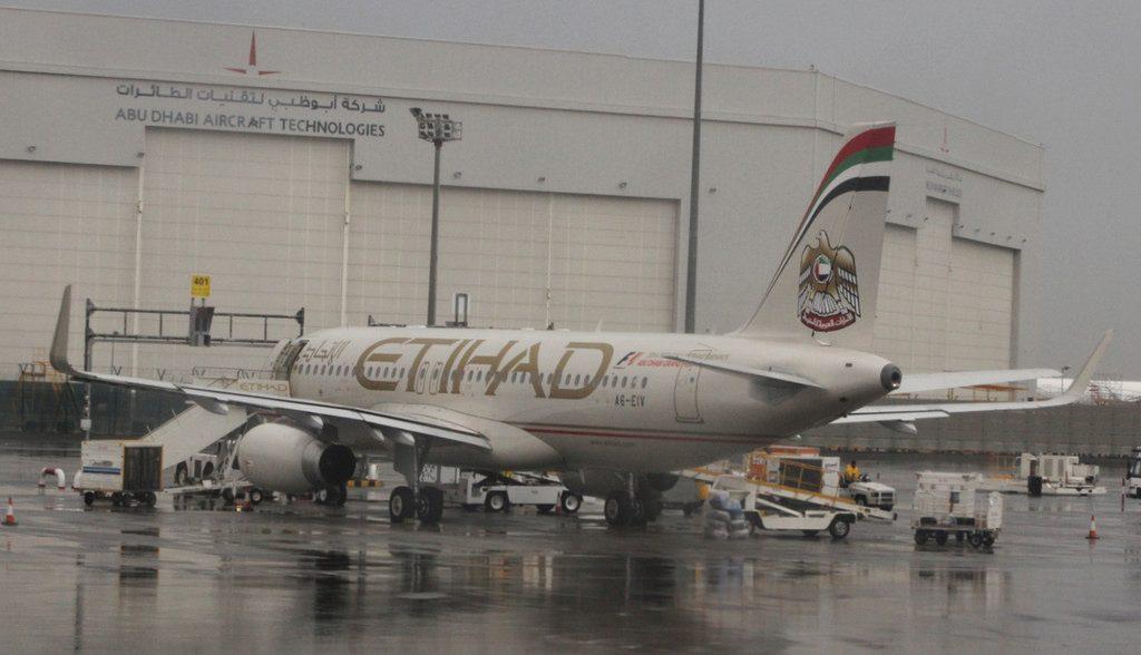 Airbus 320 200SL Etihad Airways A6 EIV at Abu Dhabi international airport