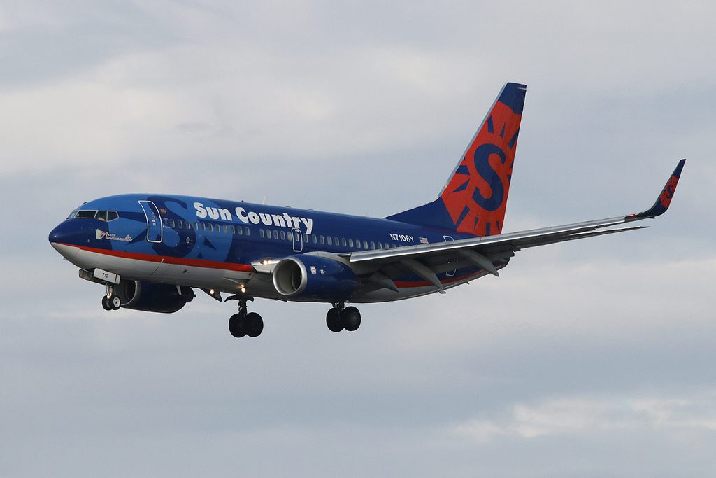 Boeing 737 700 Sun Country Airlines Fleet N710SY on final approach at San Diego International Airport