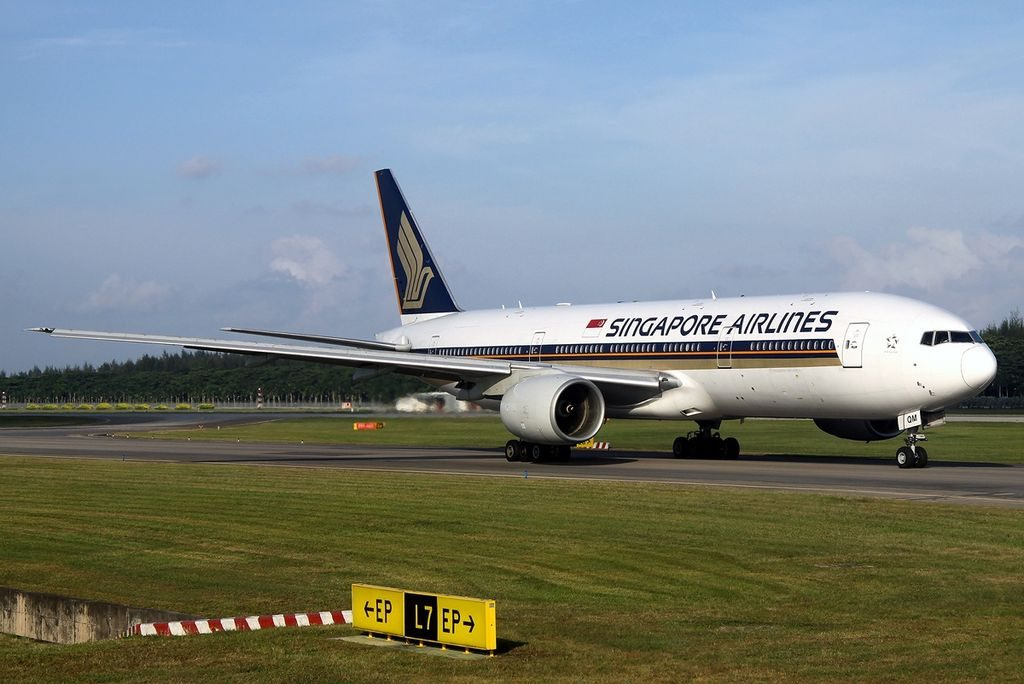 9V SQM Boeing 777 212 Singapore Airlines taxiing at Changi Airport