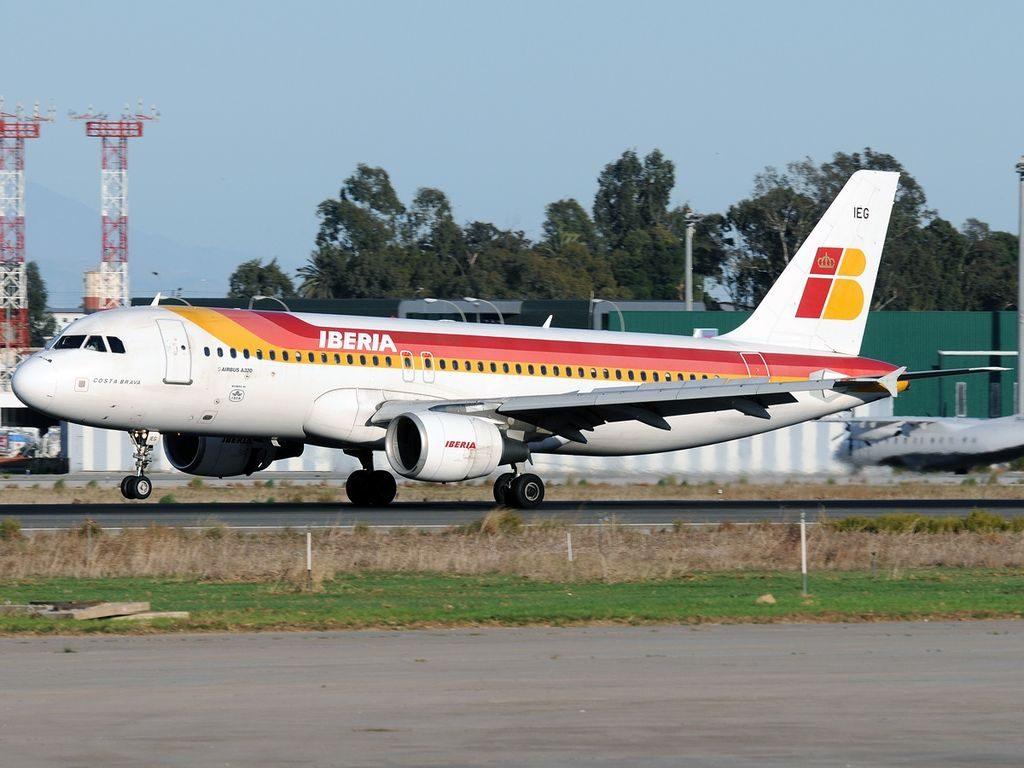 EC IEG Airbus A320 214 Costa Brava Iberia at Málaga Airport
