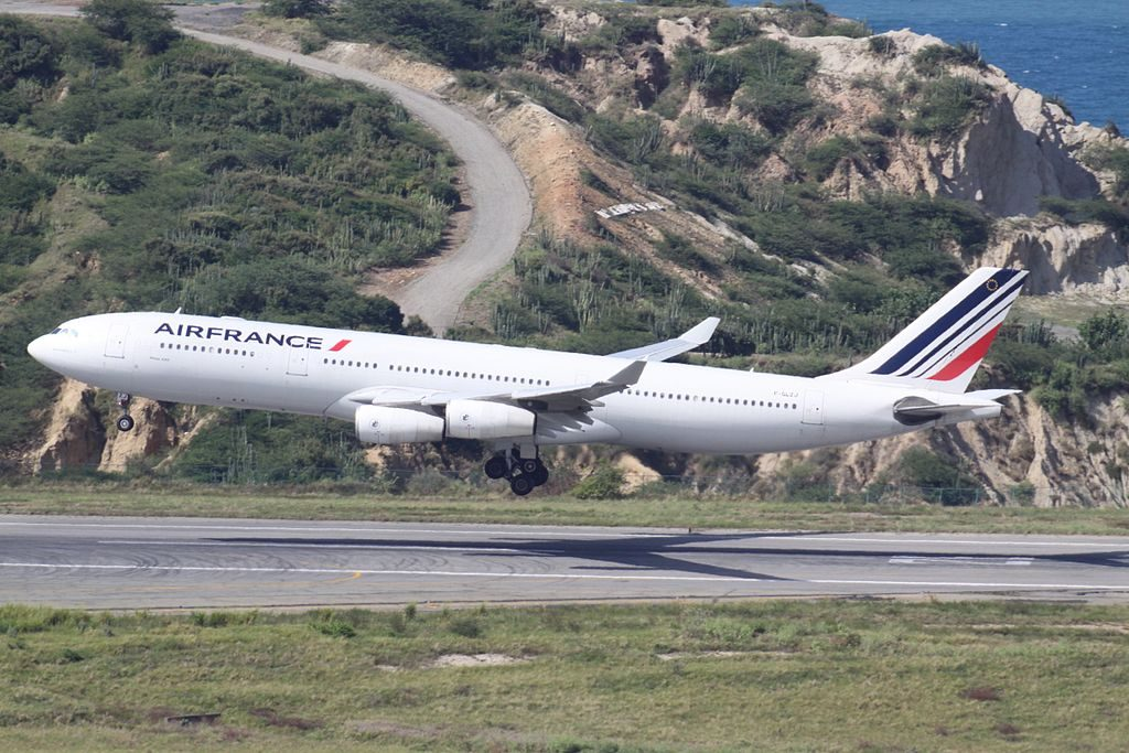 F GLZJ Airbus A340 300 Air France landing at Simón Bolívar International Airport