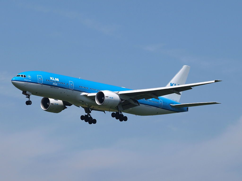 PH BQL KLM Royal Dutch Airlines Boeing 777 206ER Litomyšl Castle final approach at EHAM