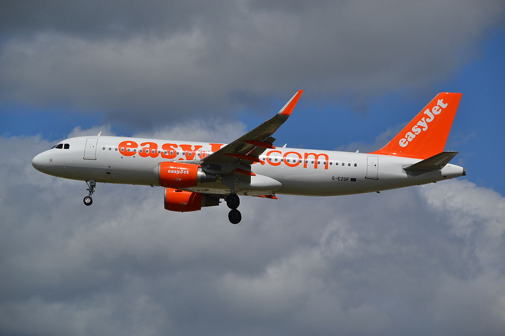 G EZOF Airbus A320 200WL of EasyJet on final approach for rwy26L at London Gatwick