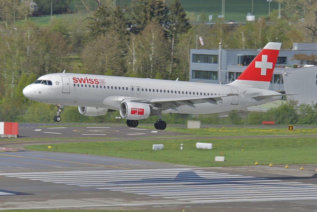 Swiss Airbus A320 214 HB IJL Nyon landing at ZRH