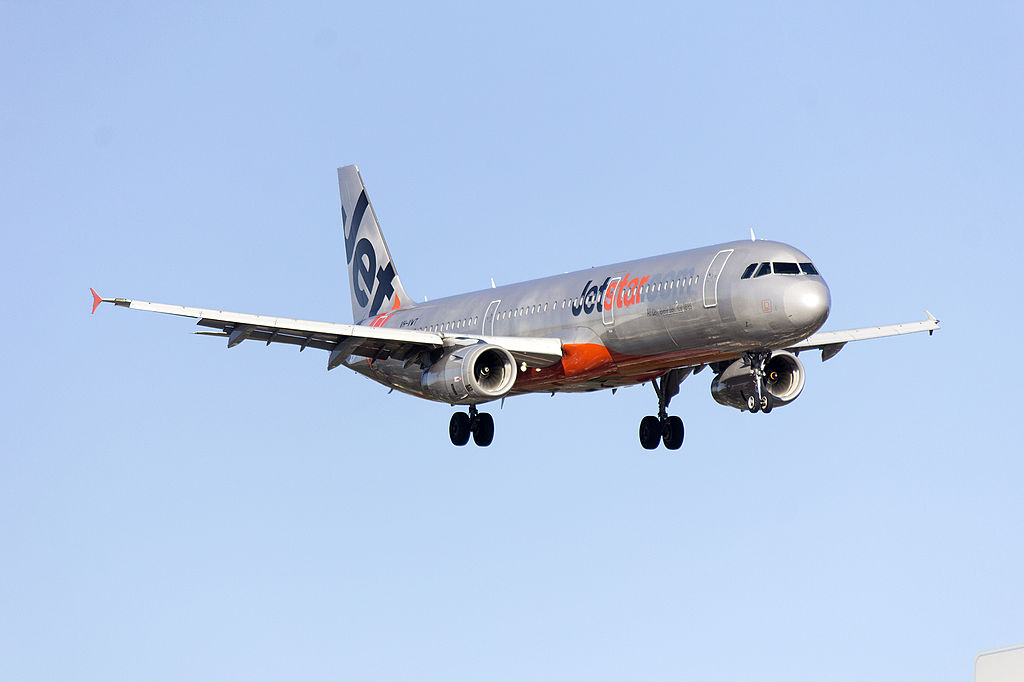 Jetstar VH VWT Airbus A321 231 on approach to runway 25 at Sydney Airport