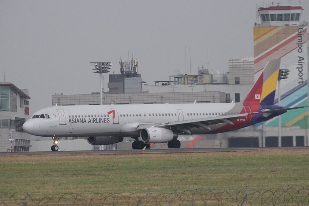 HL7594 Airbus A321 131 of Asiana Airlines at Gimpo International Airport