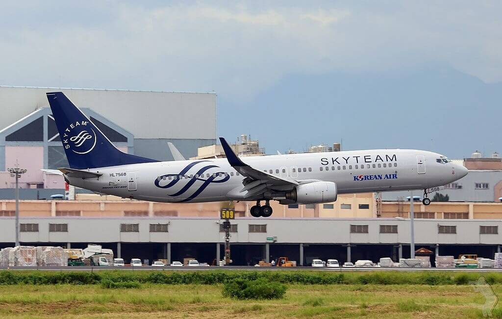 Boeing 737 8B5WL SKYTEAM Livery HL7568 Korean Air at Taiwan Taoyuan International Airport