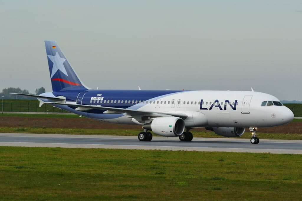 Airbus A320 214 LATAM Airlines Chile LAN CC BAR at Hamburg
