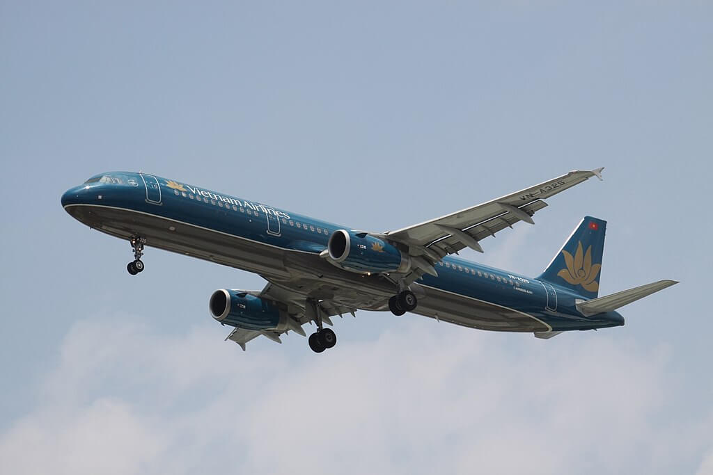 VN A325 Airbus A321ceo Vietnam Airlines at Tan Son Nhat International Airport